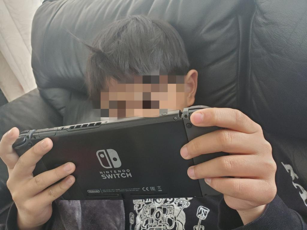 Switchをする息子