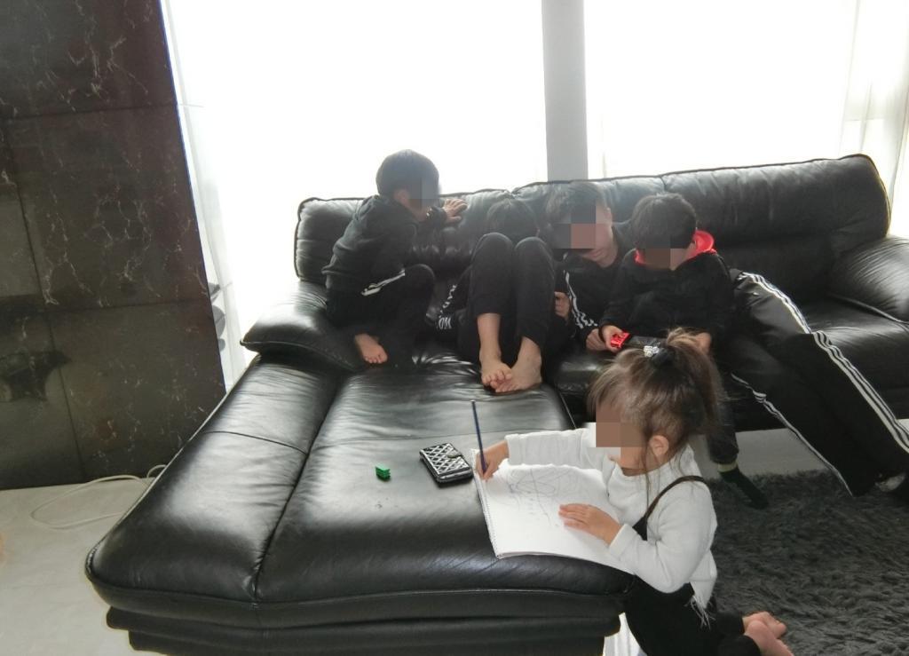 家で遊ぶ子供たち