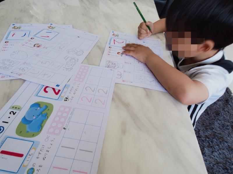 宿題をやっている息子