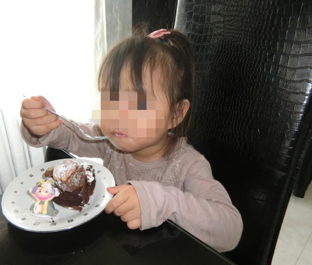 ケーキを食べる娘