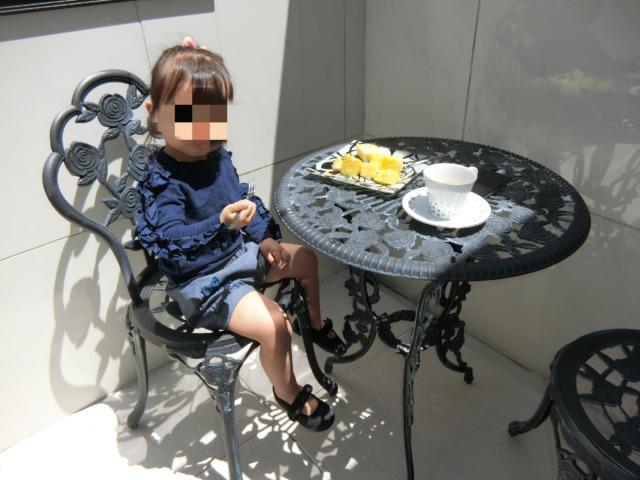 バルコニーで食べる娘