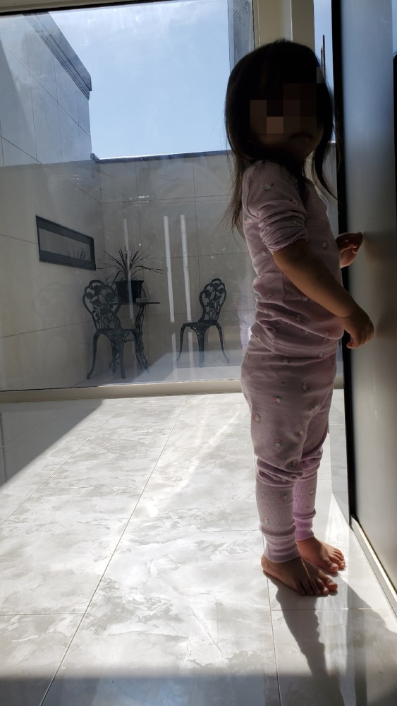 DHOLICのパジャマを着ている娘