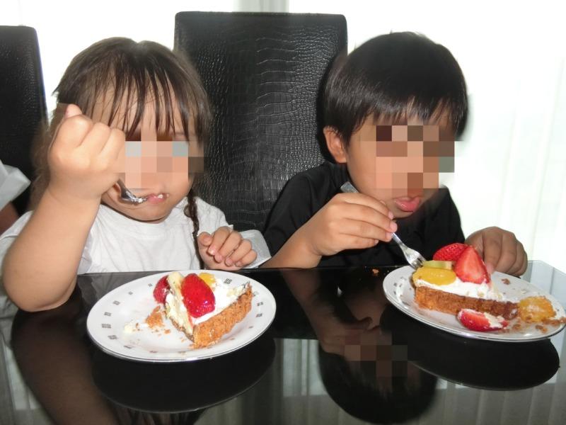 お誕生日ケーキを食べる子供達