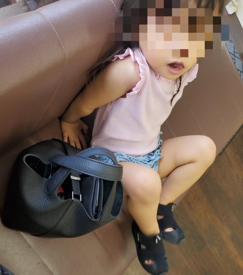 息子のカットを待つ赤ちゃん