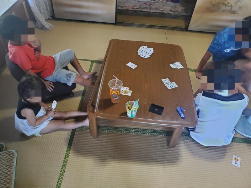 おばあちゃん家でトランプゲームをする子供達