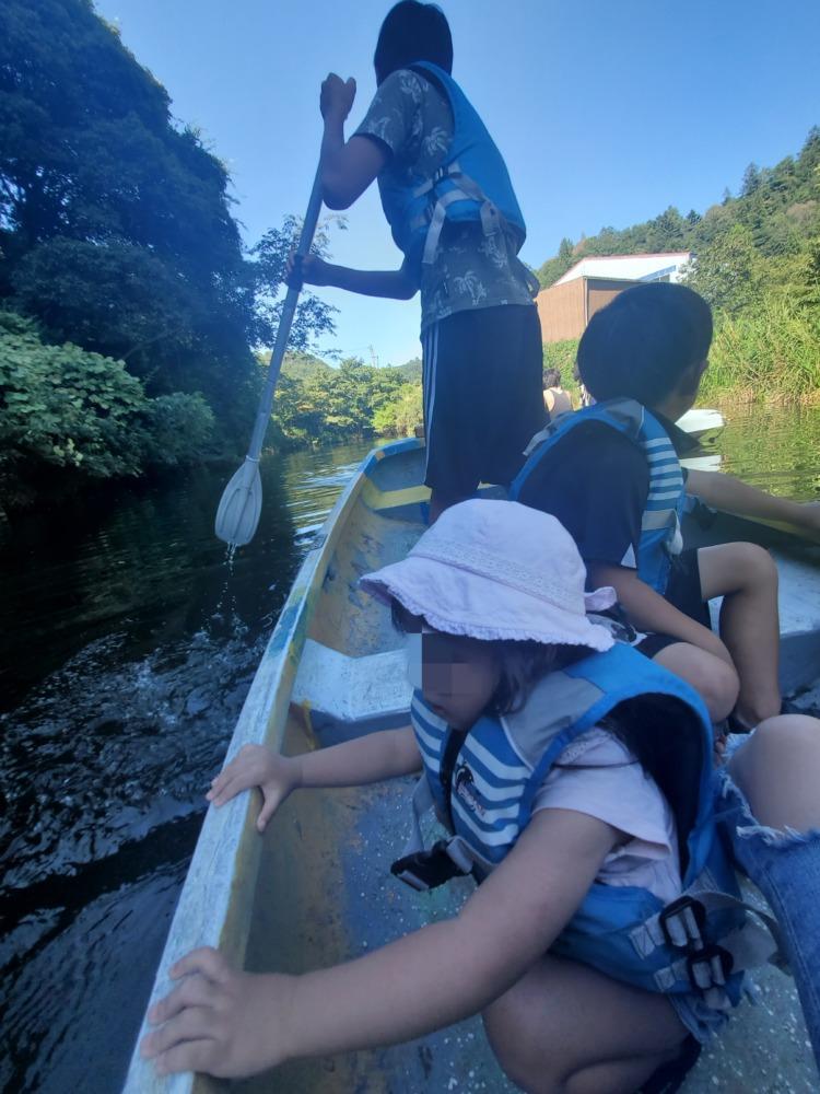 釣り堀のカヌーに乗る子供達