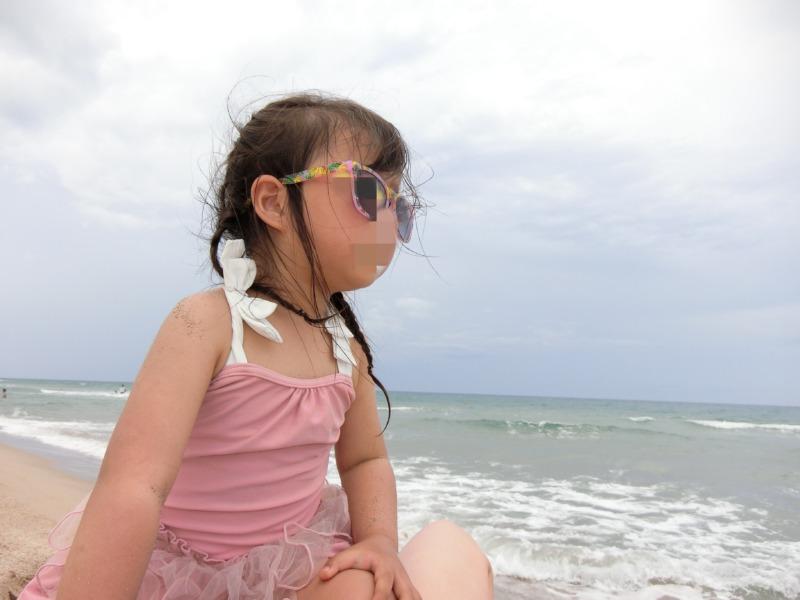 島根県浜田の海でサングラス姿の娘