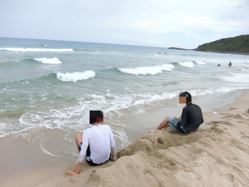 海を堪能している息子