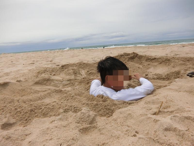 砂浜に埋めて貰った写真