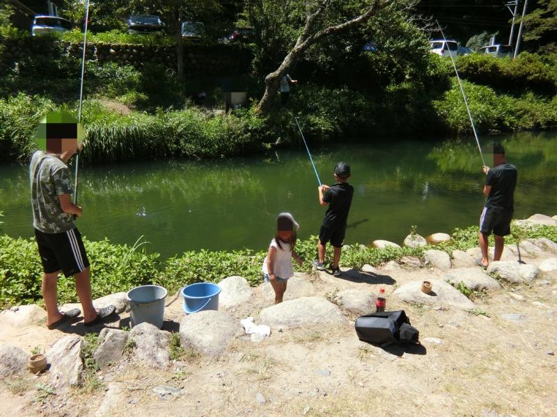 湯来釣り堀で釣り堀をする子供達