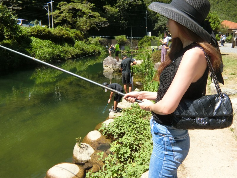 釣りをする貴咲愛鈴