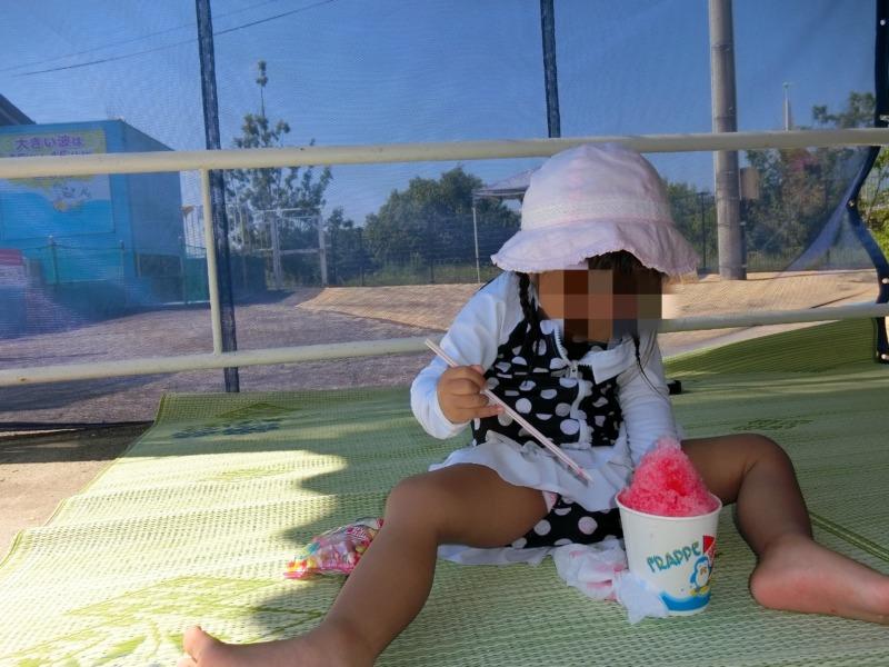 ちゅーピープールでかき氷を食べる娘