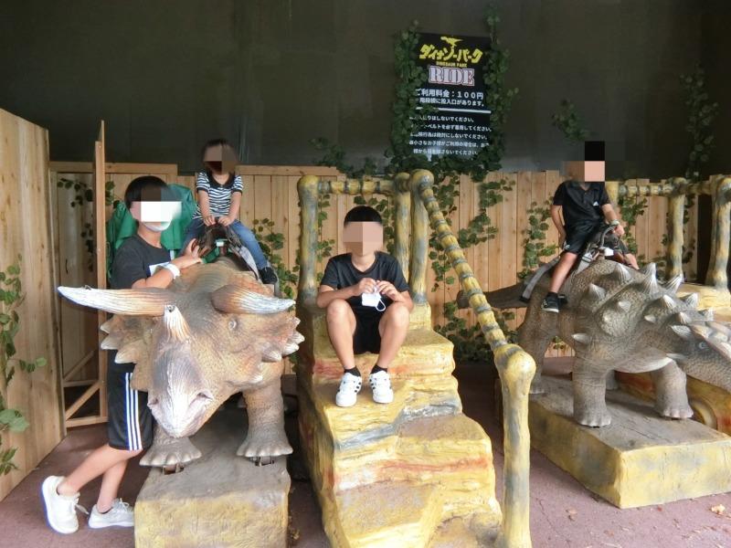 みろくの里ダイナソーの恐竜と記念撮影