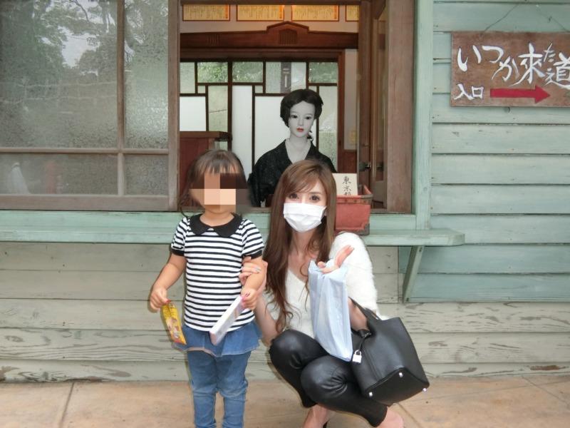 みろくの里(いつか来た道)で昭和30年頃の日本を背景に記念撮影
