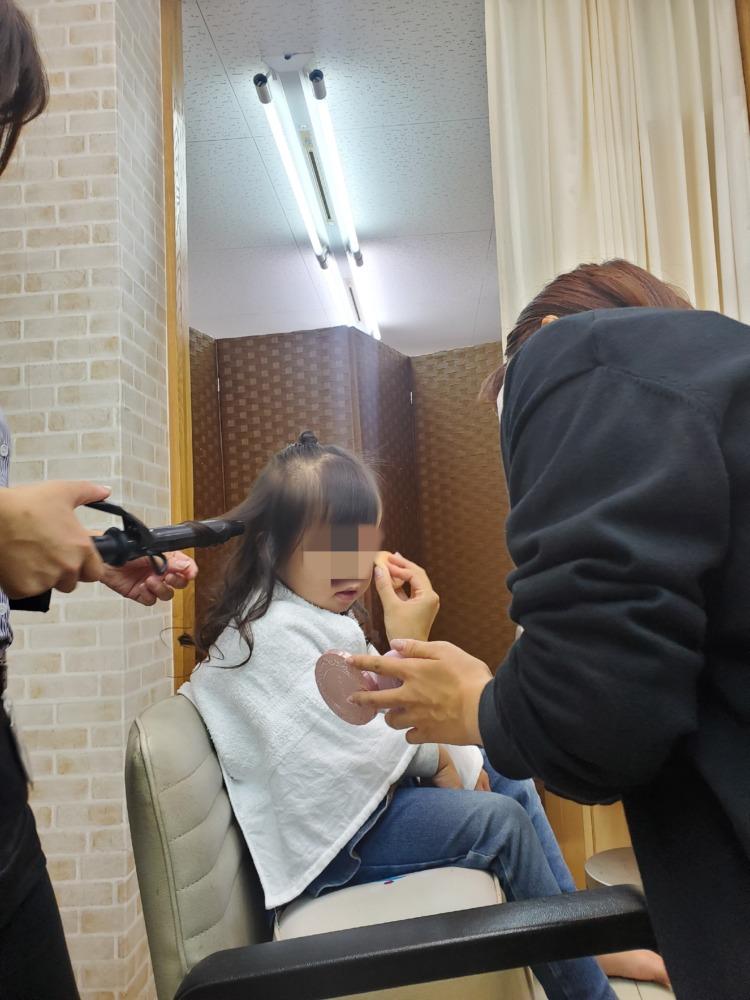 七五三撮影のメイクをしている娘