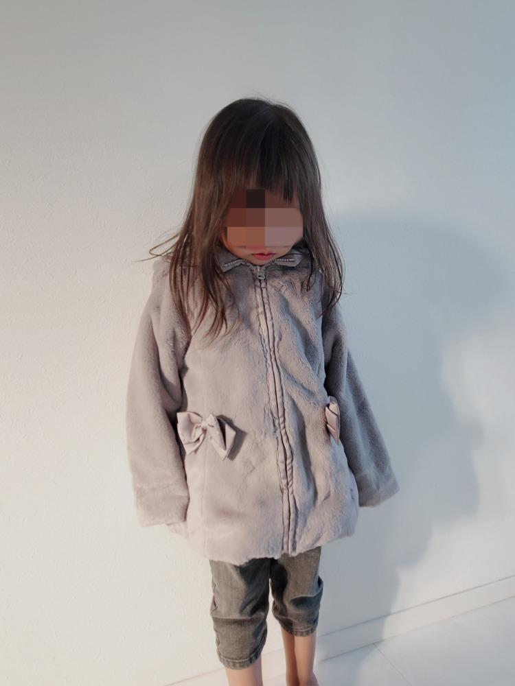 ピューピルハウスのコートを着た娘