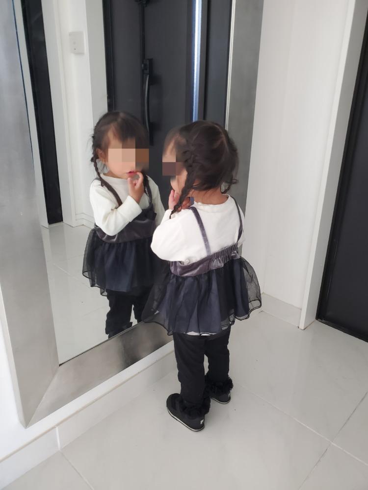玄関の鏡でチェックする娘