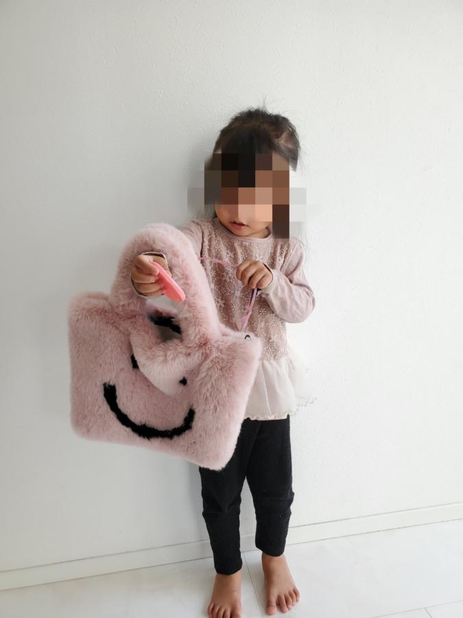 ルピススマイルファートートバッグを持っている小さい女の子