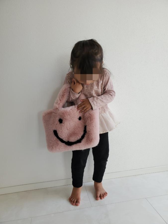 ルピススマイルトートバッグを持った小さい女の子