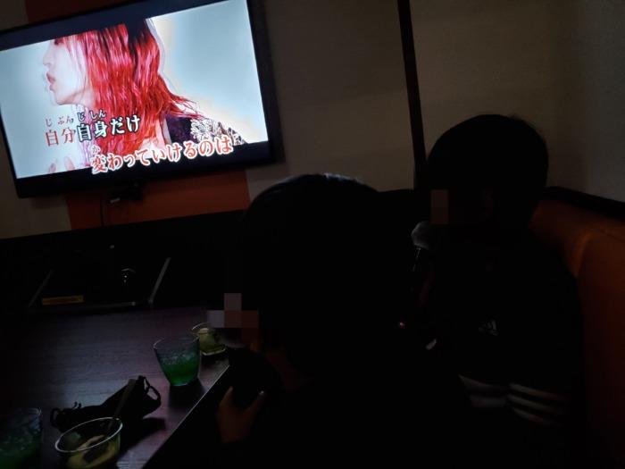 鬼滅の刃の主題歌をカラオケで歌っている小学生の息子達2人