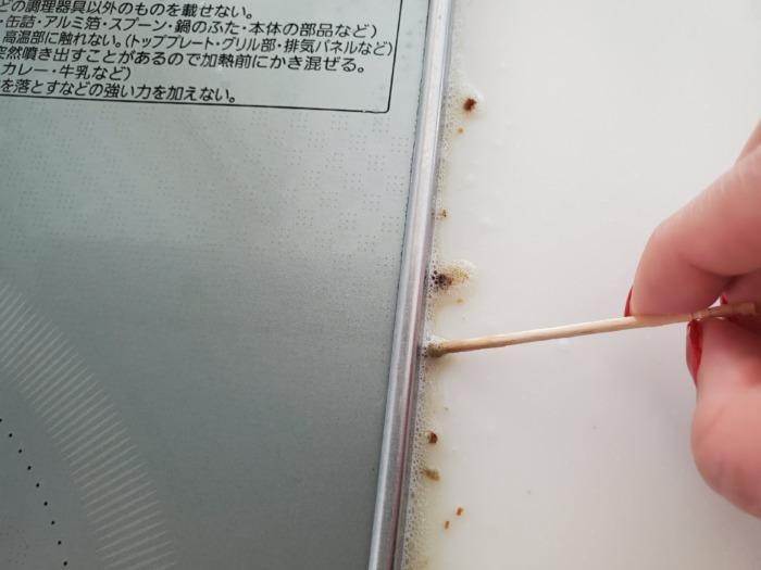 キッチンIHコンロの隙間にゴミがたまっている写真