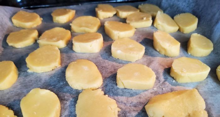 手作りクッキーを作っている写真