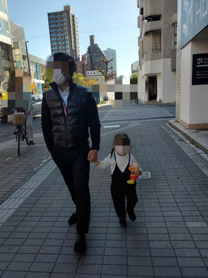 旦那と娘が手を繋いで歩いている写真