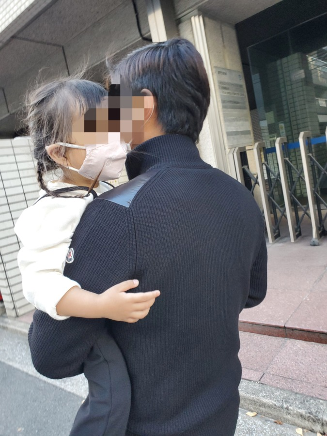 娘を抱っこしている旦那