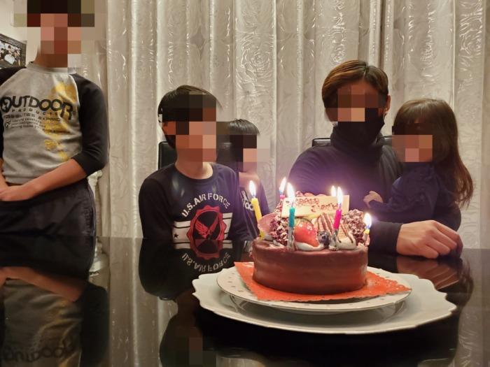 誕生日を祝ってくれている家族