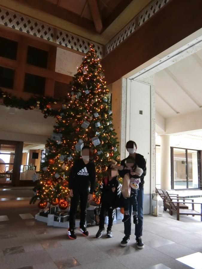沖縄リッツカールトンロビーのクリスマスツリー