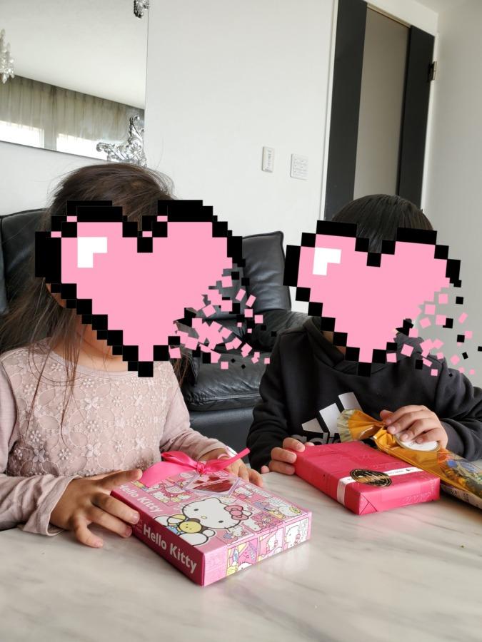 バレンタインチョコを貰って嬉しそうな子供達