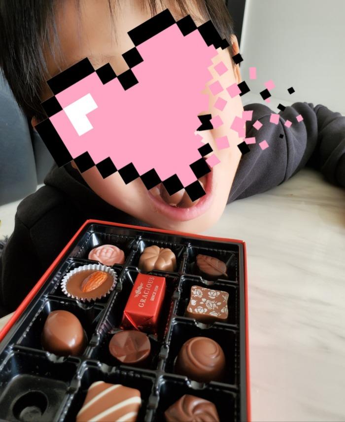 バレンタインチョコを食べている息子