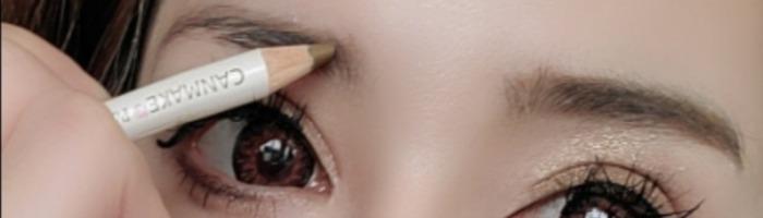 眉毛ペンシルで眉毛を書く