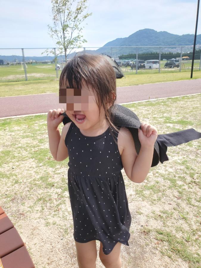 ママの帽子を奪って被る娘